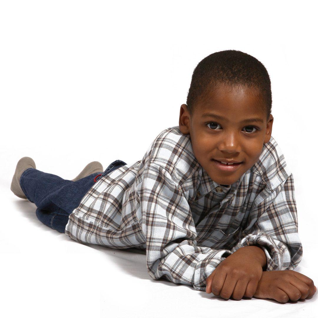 Un enfant antillais très souriant. Image pour parler joie et enfance, mais aussi éducation.